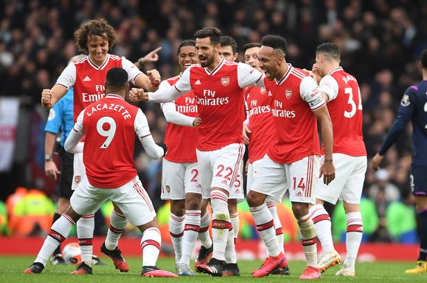 arsenal players celebrate